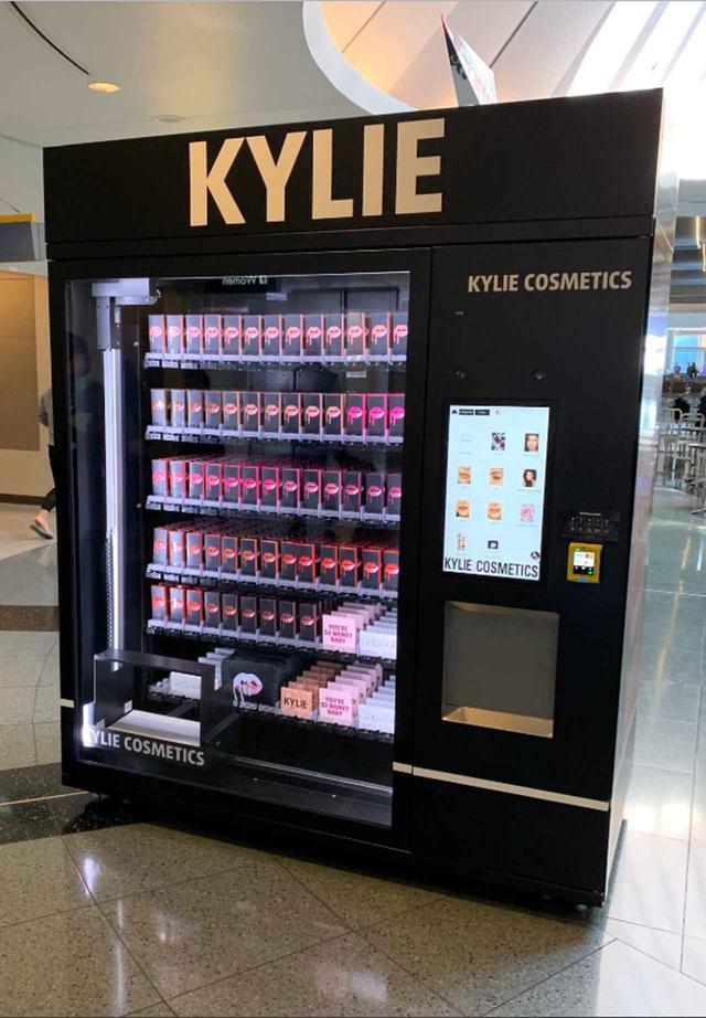画像1: カイリーが自動販売機に隠したものとは?