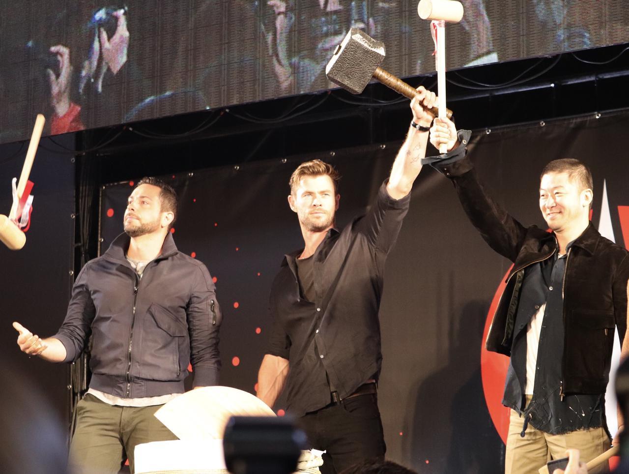 画像: クリスがムルジョニアを掲げると会場からは大きな歓声が広がった。
