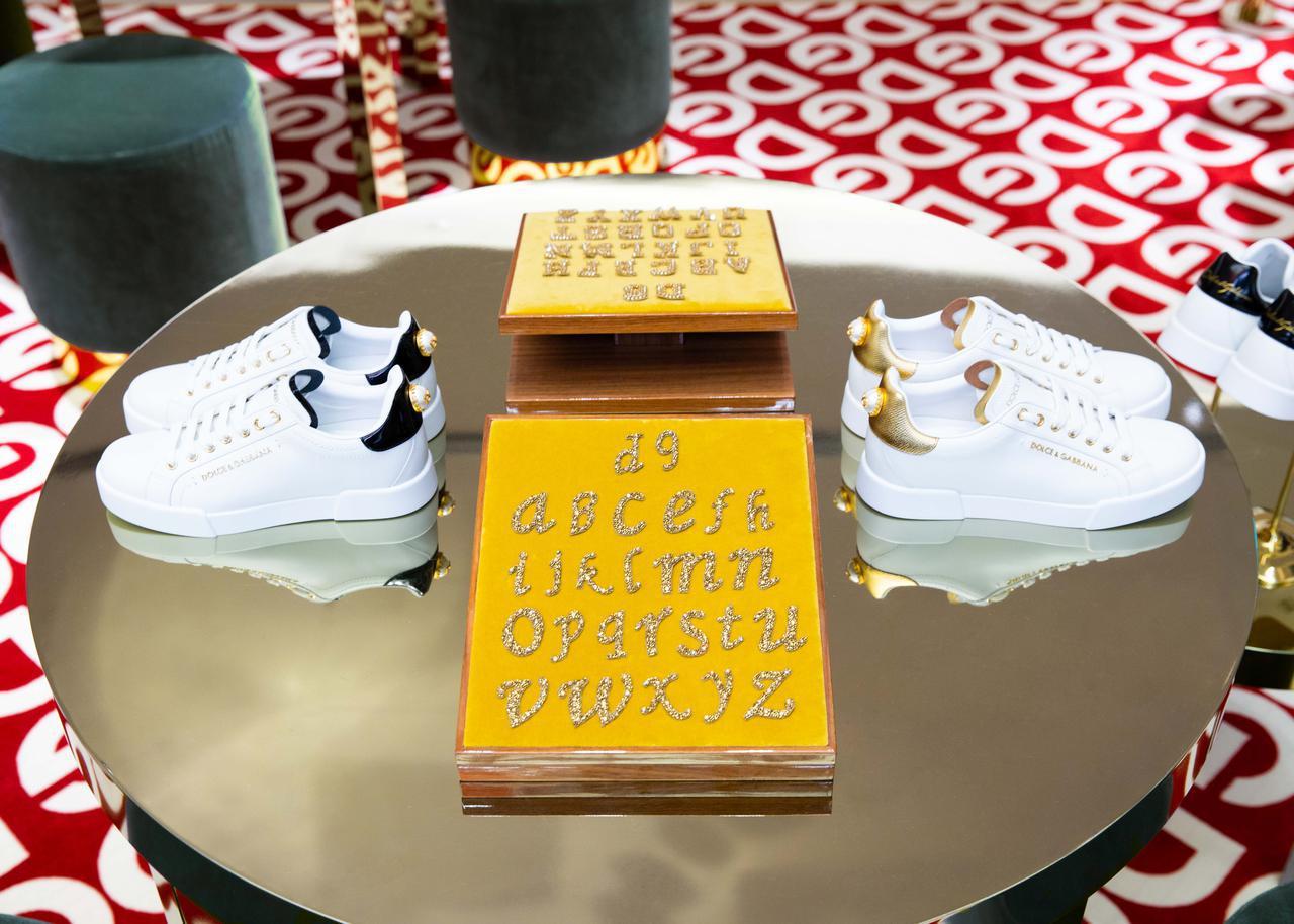 画像: 対象スニーカー65,000円より。ハンドペイント 1-4モチーフ 6,500円/5-10モチーフ 13,000円/11-20モチーフ 26,000円/21-30モチーフ 39,000円。パッチ 6,500円より ⒸDOLCE&GABBANA