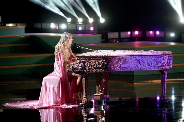 画像: テイラーが弾いたピアノにも、アルバムの文字がお目見え。
