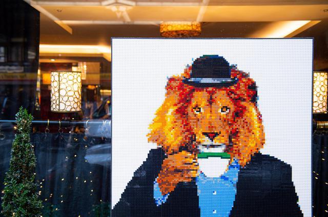 画像: 紅茶を飲むライオン