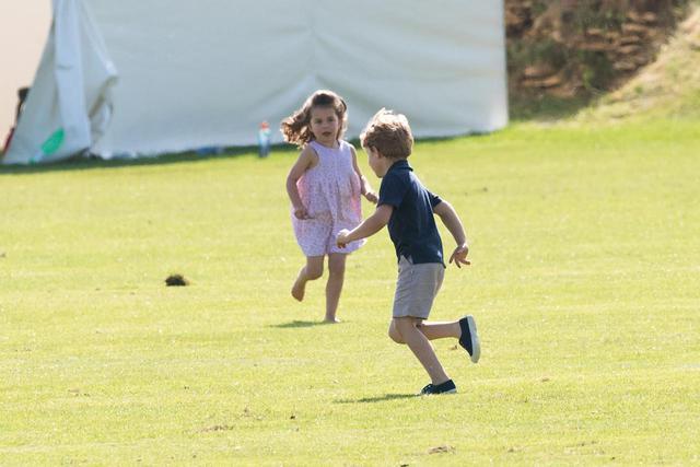 画像2: サッカー好きな少女たちを前にウィリアム王子は…