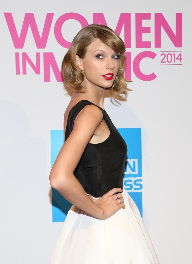 画像: 2014年に「ビルボード・ウーマン・イン・ミュージック」の授賞式に出席した際のテイラー。