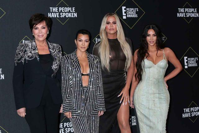 画像: 姉妹の母クリス・ジェンナー(左)と3姉妹。