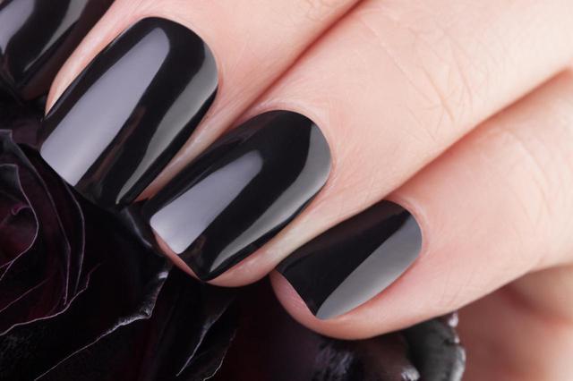 画像: ほとんど黒に見えるダークカラー・ネイルがトレンド!
