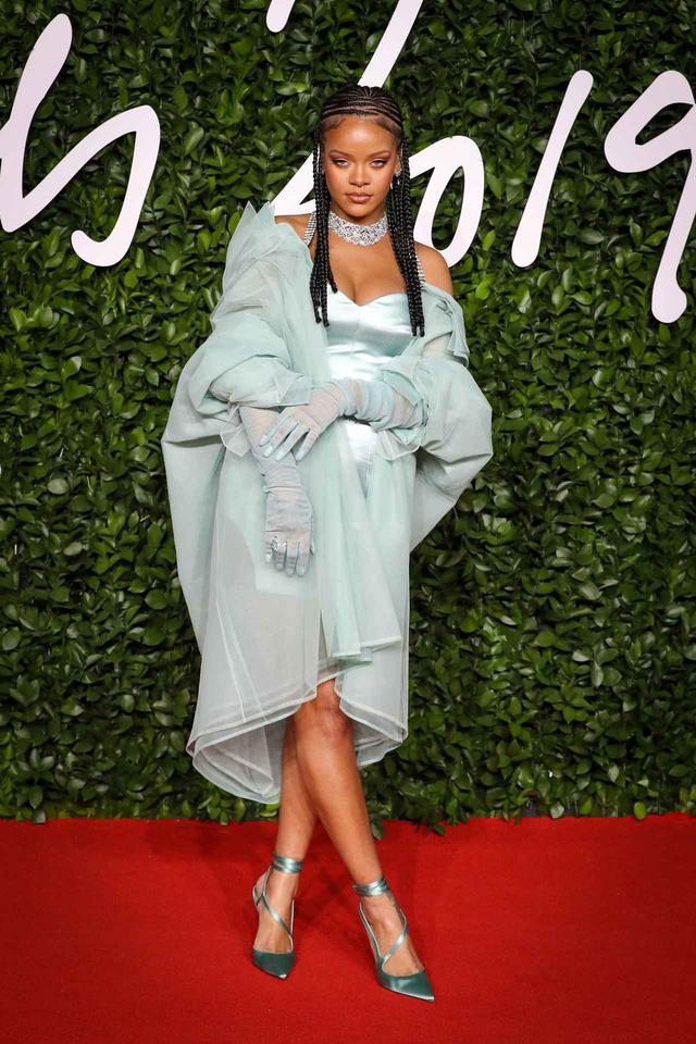 画像: 自身のブランドFentyのドレスを着用するリアーナ。