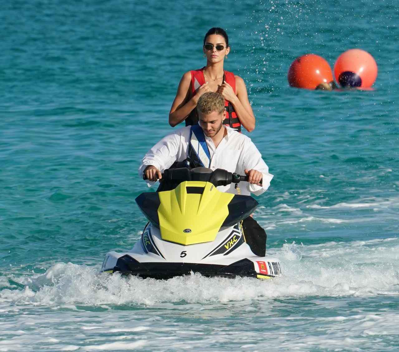 画像5: ケンダルとベラが仲良くビーチへ