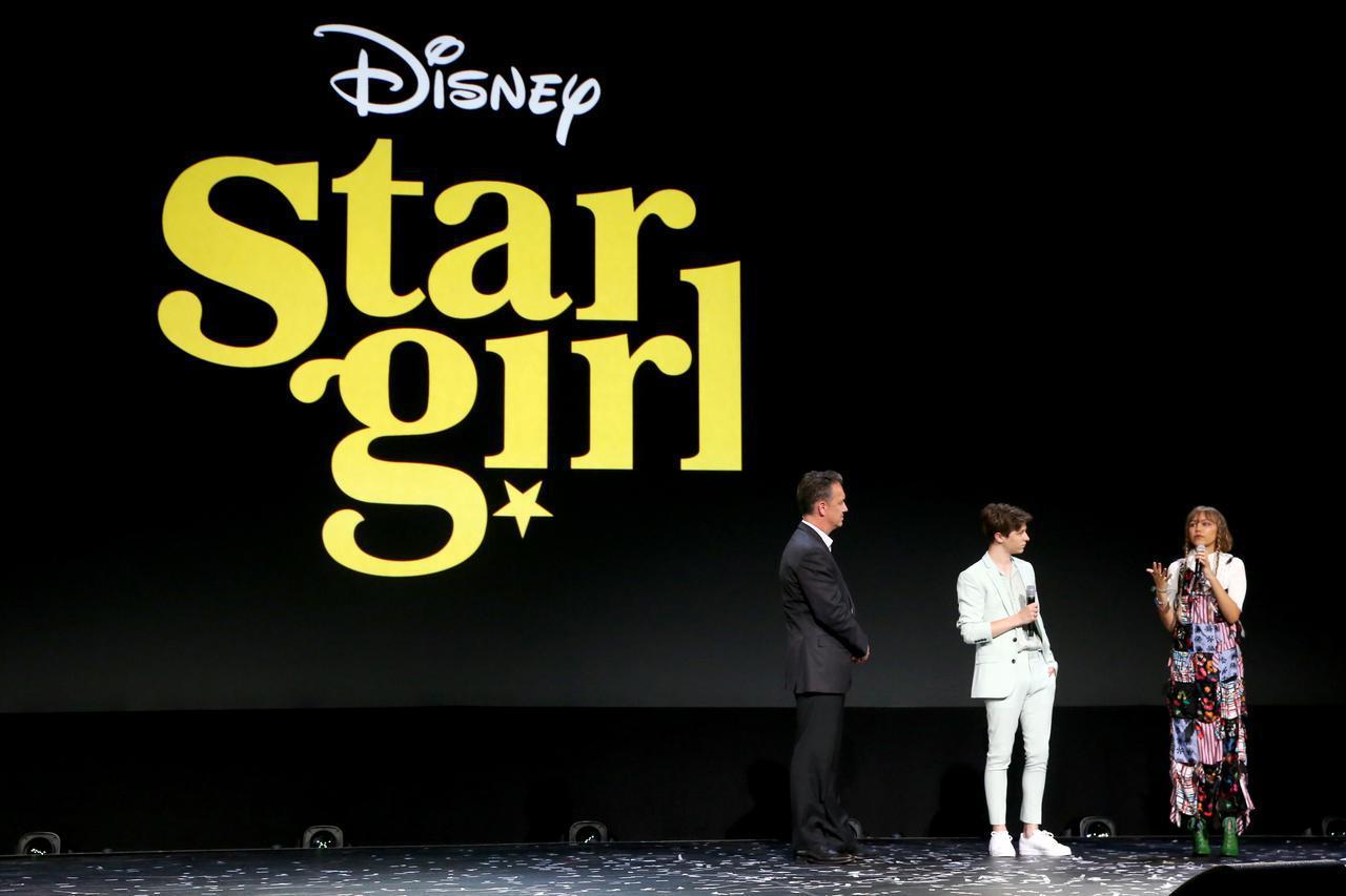 画像: D23 Expoで共演者のグレアム・ヴァーシェールと共に映画『スターガール』について語るグレース。