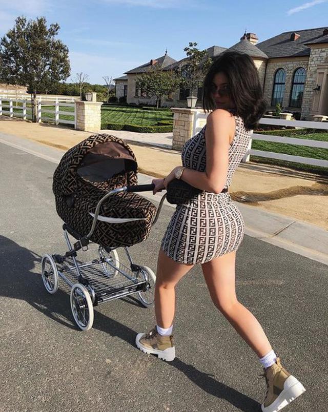 画像: ストーミちゃん出産後にインスタグラムに投稿されたFendiづくめの写真も広告だと言われている。