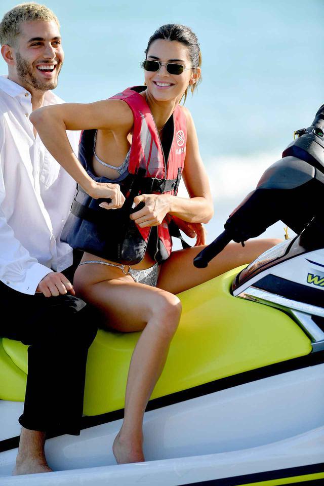 画像6: ケンダルとベラが仲良くビーチへ