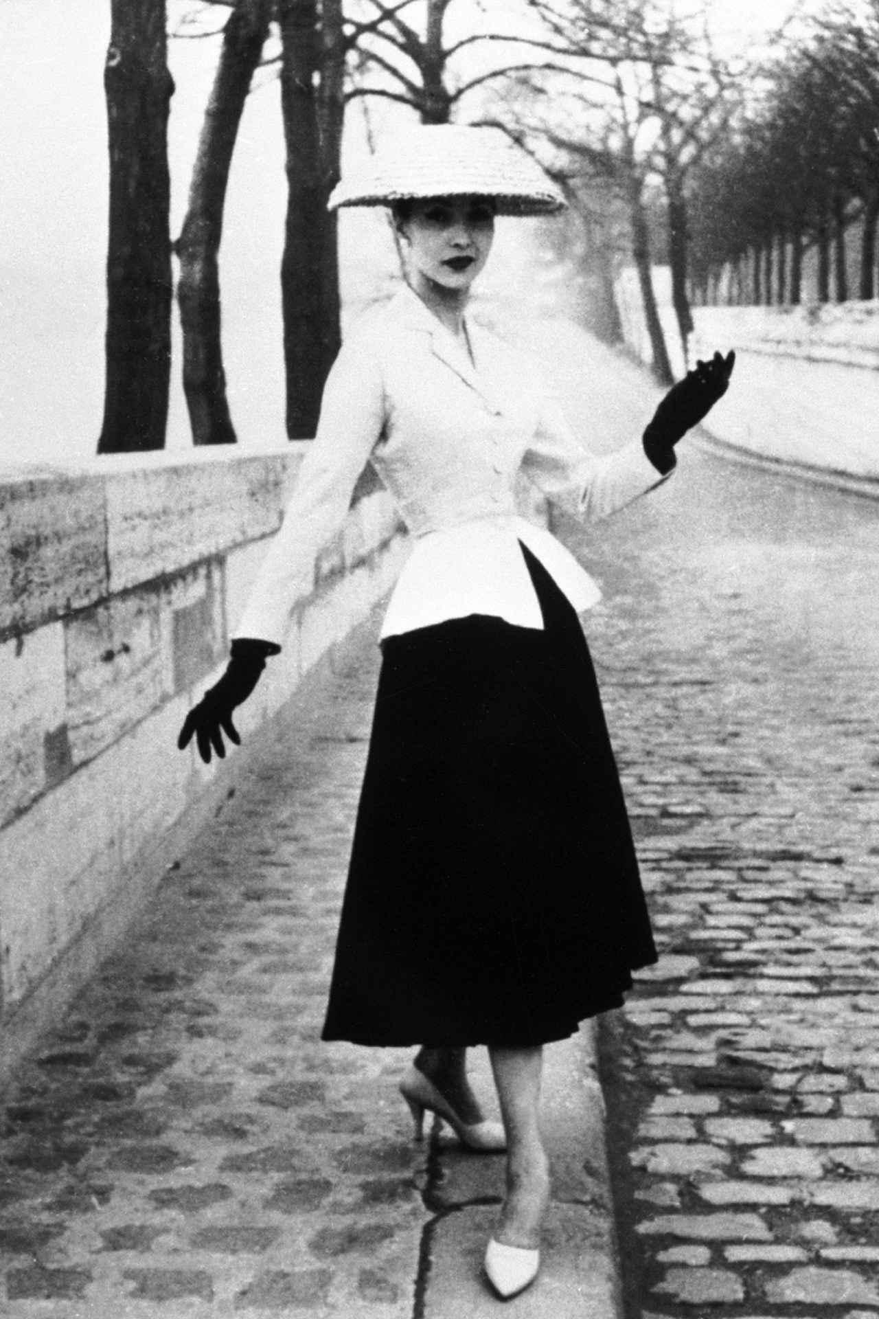 画像: ディオールが大流行させた「ニュー・ルック」。キュッとしまったウエストとふんわりと広がるAラインのスカートが作り出す、砂時計のようなシルエットが特徴。