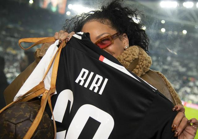 画像: この日リアーナは、自身のニックネームである「RIRI」とプリントされたユニフォームをプレゼントされ喜んでいた。