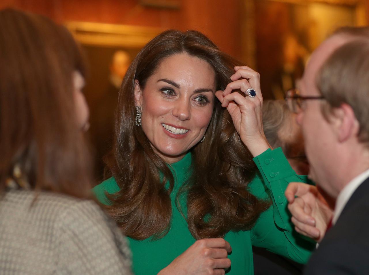 画像1: キャサリン妃の耳元に…