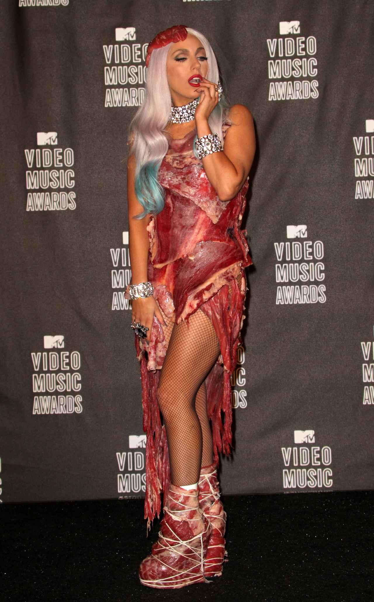 画像: 2010年のMTV VMAのレッドカーペットに生肉ドレスを着用して登場したガガ。