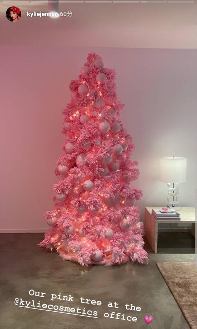 画像1: カイリーがクリスマスツリーをお披露目
