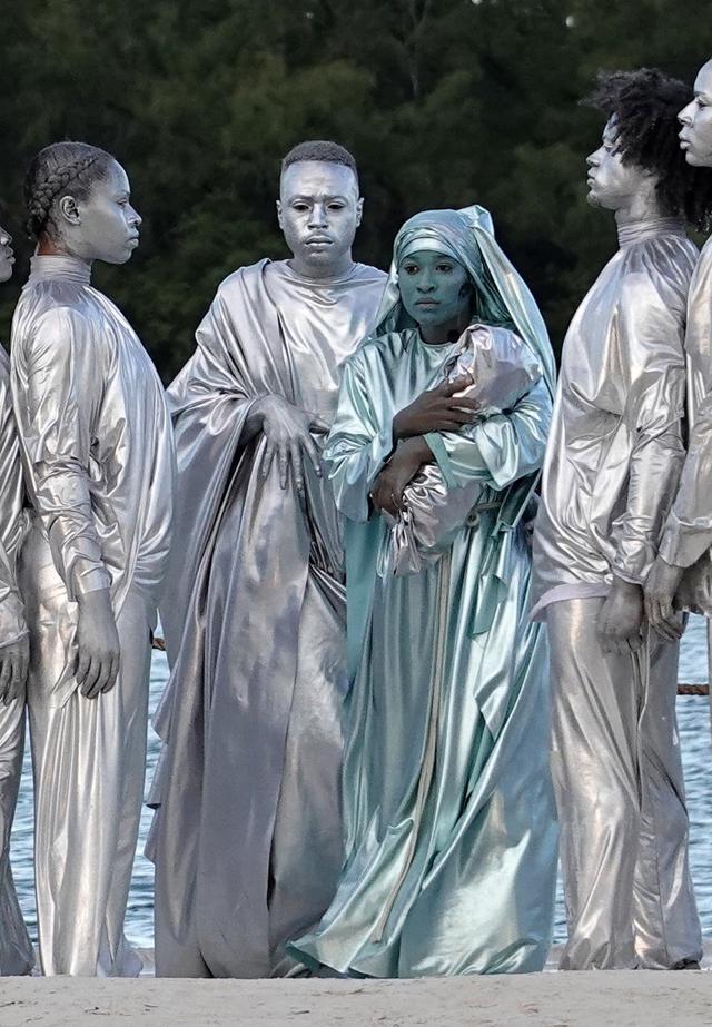 画像: 聖母マリア役の女性だけ、周囲よりもブルーがかったシルバーの衣装に身を包んだ。