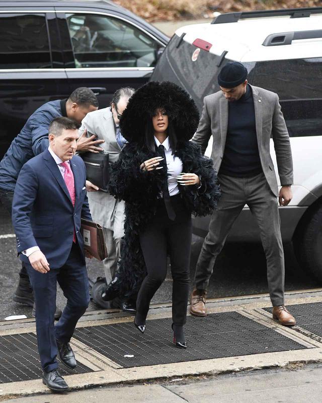 画像2: カーディの背後を歩く弁護士に思わぬハプニング