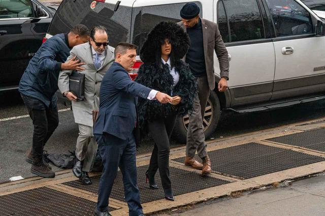 画像4: カーディの背後を歩く弁護士に思わぬハプニング