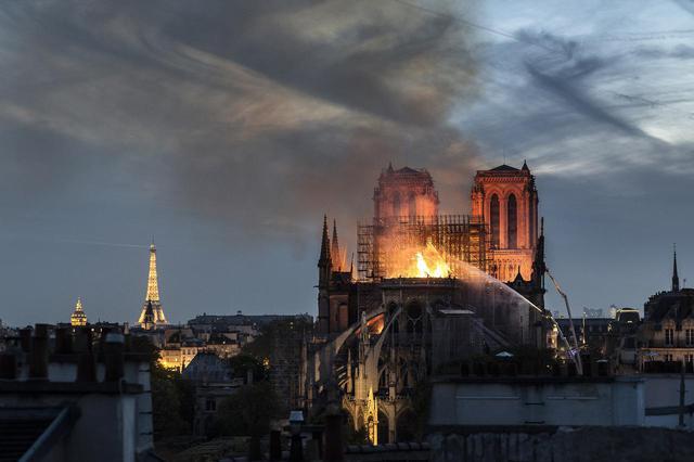 画像: 火災で一部が焼失した仏の歴史的建造物ノートルダム大聖堂。