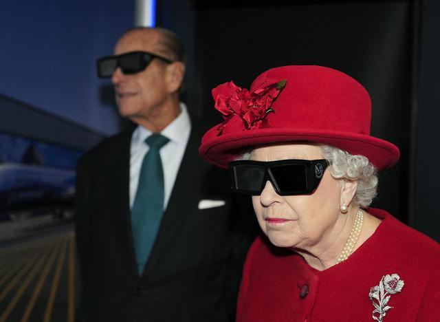 画像: 3Dメガネを着用するエリザベス女王とフィリップ殿下。