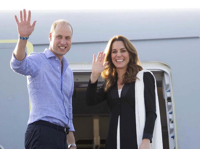 画像: 飛行機に乗り込むウィリアム王子とキャサリン妃。