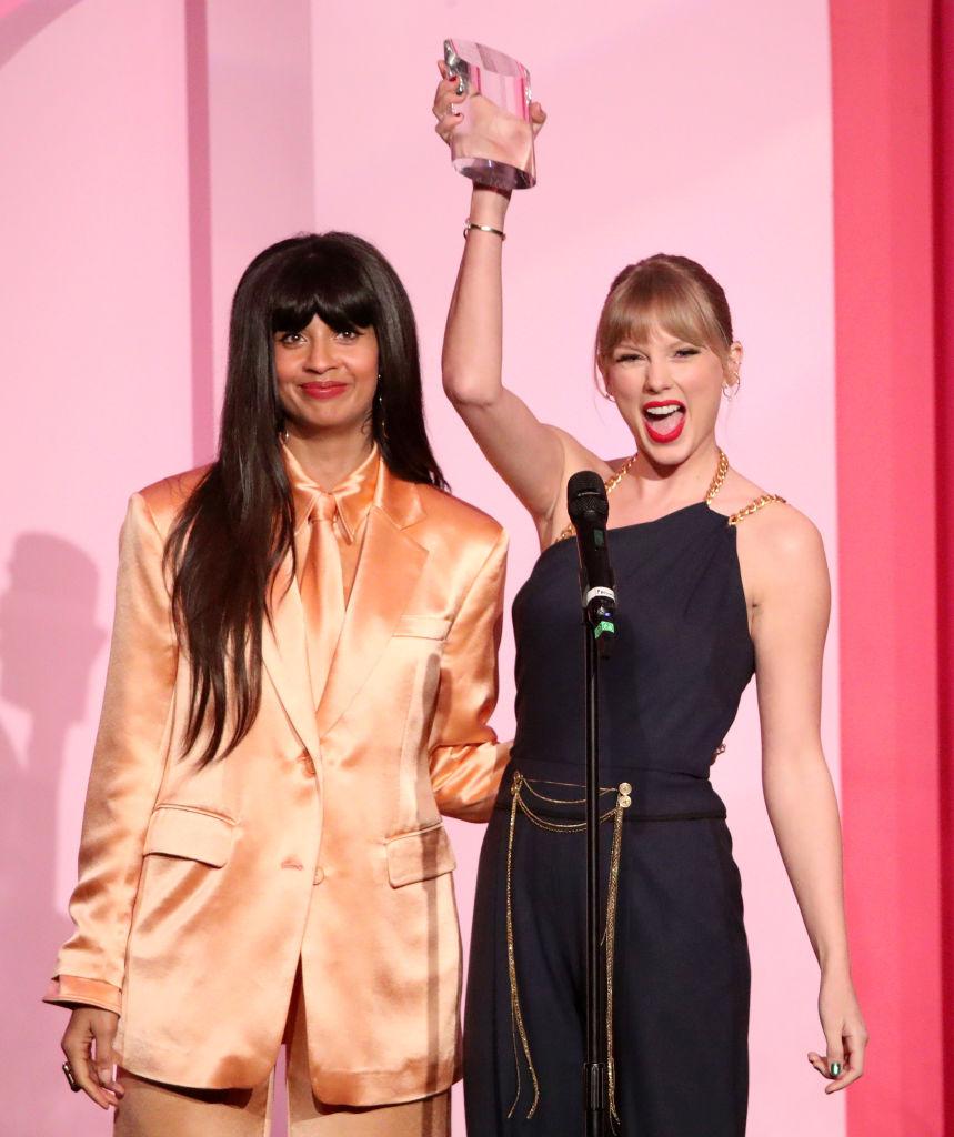 画像: プライベートでも親交がある俳優のジャミーラ・ジャミルから受賞トロフィーを受け取り、大喜びするテイラー。