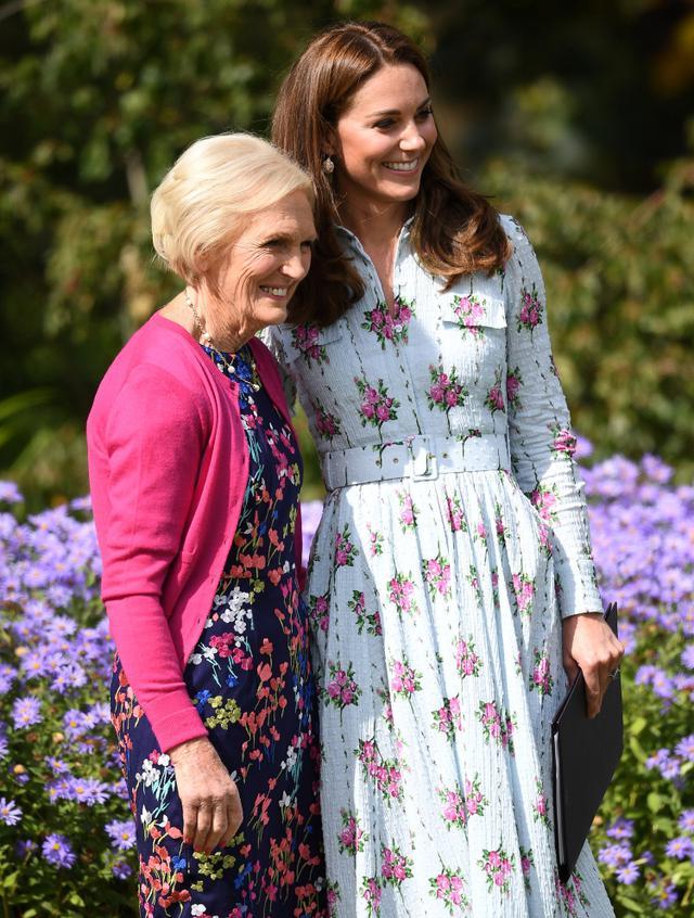 画像: キャサリン妃とメアリー・ベリー。2019年9月に行なわれたキャサリン妃主催のバック・トゥー・ザ・ネイチャー・ガーデンのオープニングイベントにて。