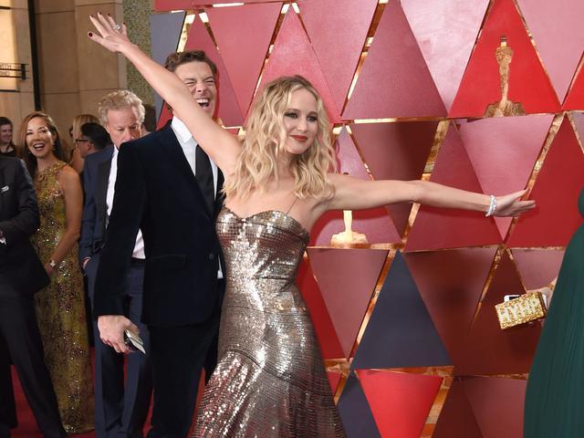 画像: 2018年のアカデミー賞のレッドカーペットではしゃぐジェニファー。
