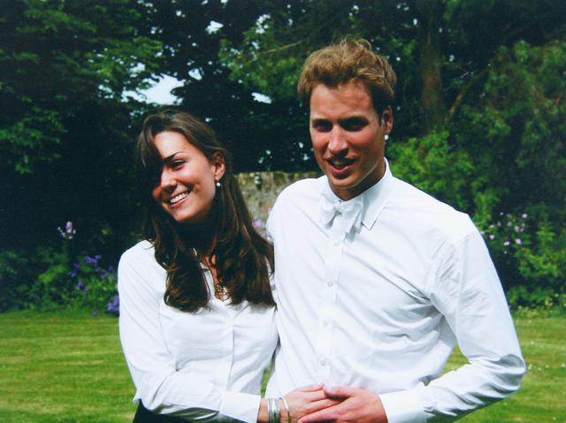 画像: 2005年、大学の卒業式で撮影された若かりし頃のキャサリン妃とウィリアム王子。