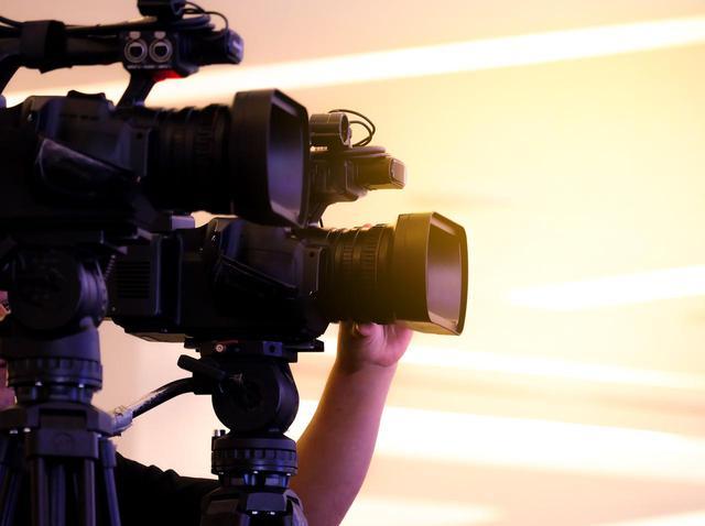 画像: 生放送で女性レポーターに「公開セクハラ」をした男性、スポンサーが『全面永久出禁』の処分 - フロントロウ