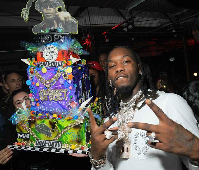 画像1: ストリップクラブで盛大な誕生日パーティーを開催