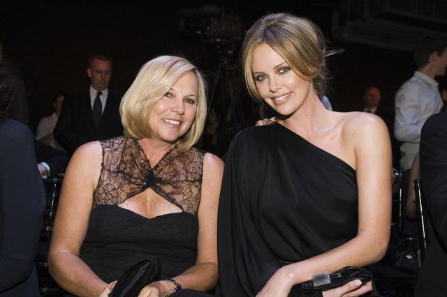 画像: シャーリーズと彼女の母。