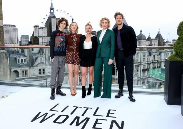 画像: 2回にわたって行なわれたロンドンでのフォトコールも欠席。右端はエマ演じるメグのロマンスの相手となるジョン・ブルック役のジェームス・ノートン。
