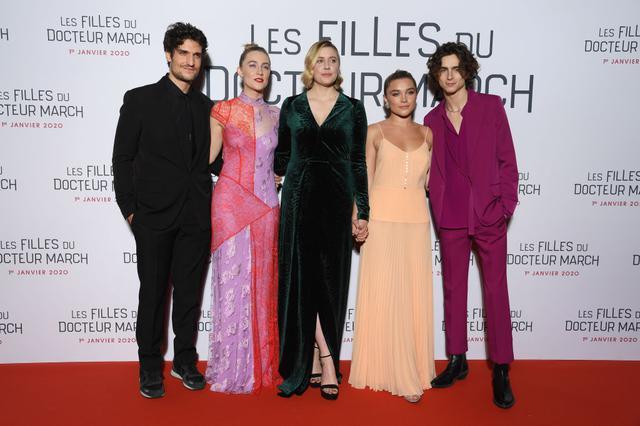 画像: パリでのプレミアには不参加。この日は、ベスことエリザベス役のエリザの姿もなかった。左端はフリードリヒ・ベア役のルイ・ガレル、中央はガーウィグ監督。