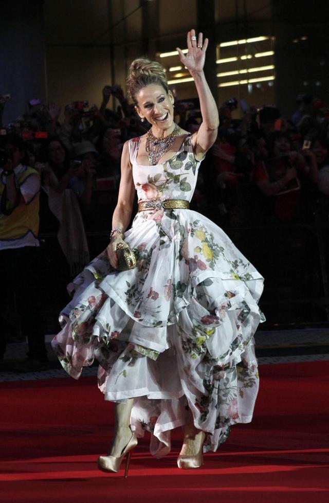 画像: 来日時に、日本でヴィヴィアン・ウエストウッド(Vivienne Westwood)が人気だと聞いて、映画『セックス・アンド・ザ・シティ』主演のサラ・ジェシカ・パーカーが自ら、ヴィヴィアンのドレスを指名。ヴィヴィアンのアイコニックなフラワープリントが立体裁断されたゴージャスなドレスは日本のファンの視線を奪った。