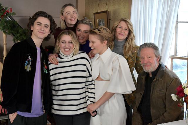 画像: 小説「若草物語」の原作者ルイーザ・メイ・オルコットの生家で、本作の舞台にもなったマサチューセッツ州にある「オーチャードハウス」でのフォトコールにもエマは参加しなかった。ガーヴィグ監督を囲んで。
