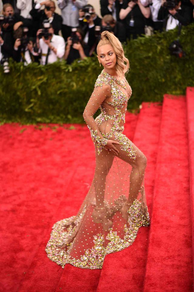 """画像: まるで裸体にビジューが装着されているかのような衝撃的なドレスは、""""ネイキッドドレス""""と命名され多くの話題をさらった。またこのポニーテールは、エレベーターの中にて即席で作られたヘアスタイルだったそう。"""