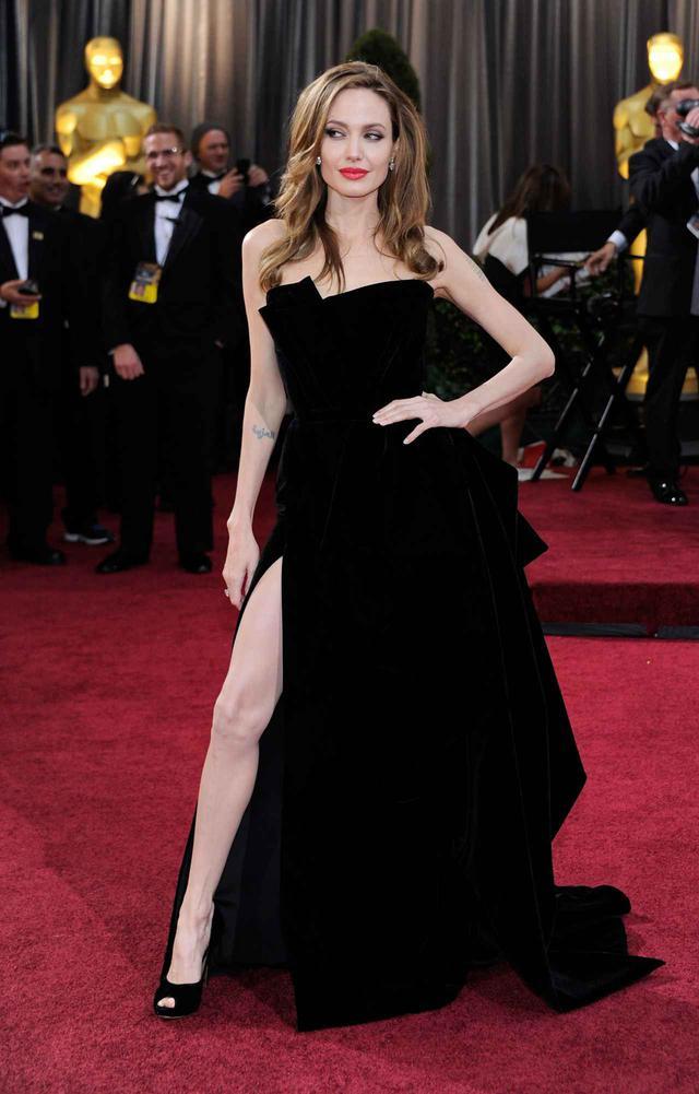 画像: アンジェリーナ・ジョリーは、アカデミー賞授賞式でヴェルサーチェ(Versace)のドレスのスリットから右脚を露出した大胆なスタイルで登場。レッドカーペット上でその大胆なポーズが目立ったことで、当時はそのドレス姿がツイッターでトレンド入りするほど話題に。