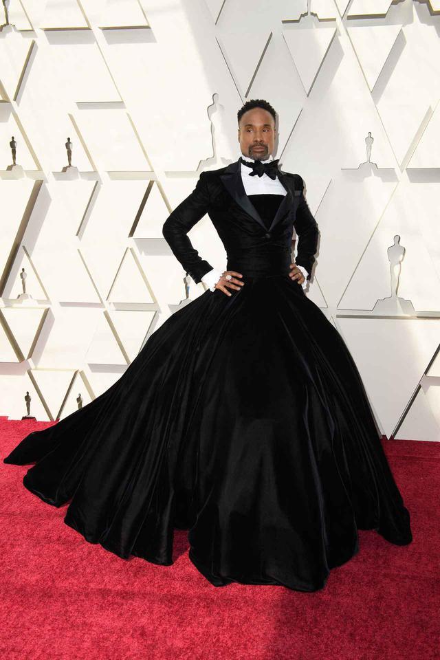 画像: 2019年のアカデミー賞受賞式でのベストドレスと言っても過言ではないのが、ビリーが着たクリスチャン・シリアノ(Christian Siriano)のタキシード・ボールガウンドレス。性別に関係ないドレスや衣装をチョイスするビリーは、その後もファッションアイコンとして注目されることに。