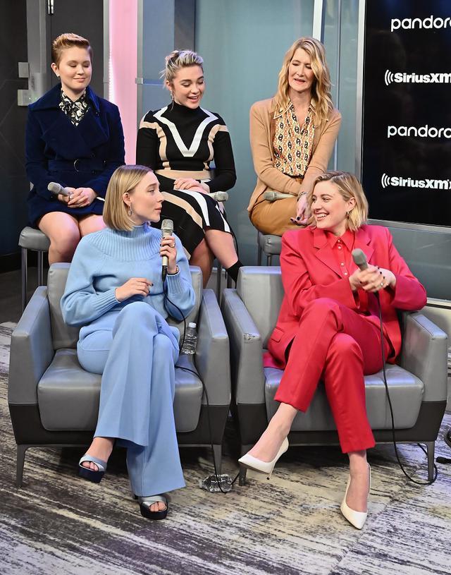 画像: 姉妹役の3人とガーヴィグ監督、マーチ家の母親ミセス・マーチ役のローラ・ダ―ン(後列右)が出演したラジオの公開録音番組も不在だった。