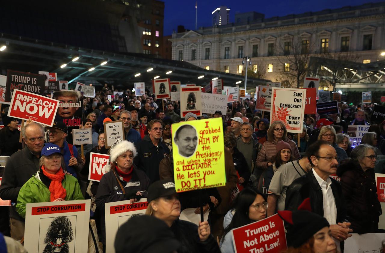 画像: 下院での弾劾審議の前夜には、全米でトランプ大統領の弾劾を求める集会が行なわれた。サンフランシスコ。