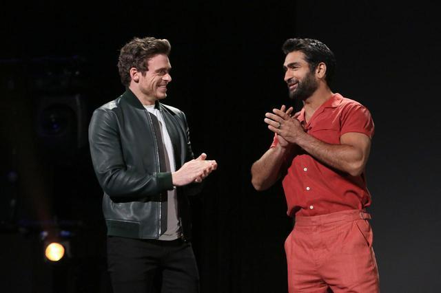 画像: 同じく『エターナルズ』に出演のリチャード・マッデン(左)とクメイル