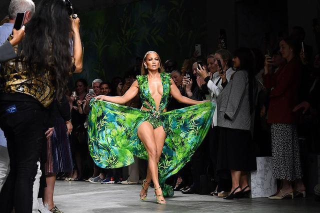 画像: ハイファッションブランド、ヴェルサーチェ(Versace)のランウェイで露出度高めな衣装を着こなすジェニファー。