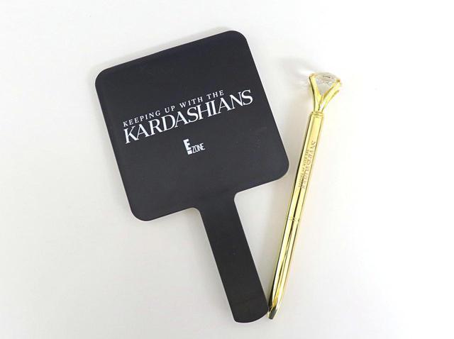 画像1: 『カーダシアン家のお騒がせセレブライフ』の英語ロゴがかわいい、ペンとミニサイズのハンドミラー。