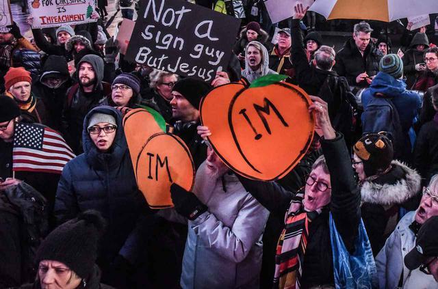 画像: 桃のイラストに「IM」の文字を加えて、弾劾(=Impeach)を訴えたプラカードも多く見られた。