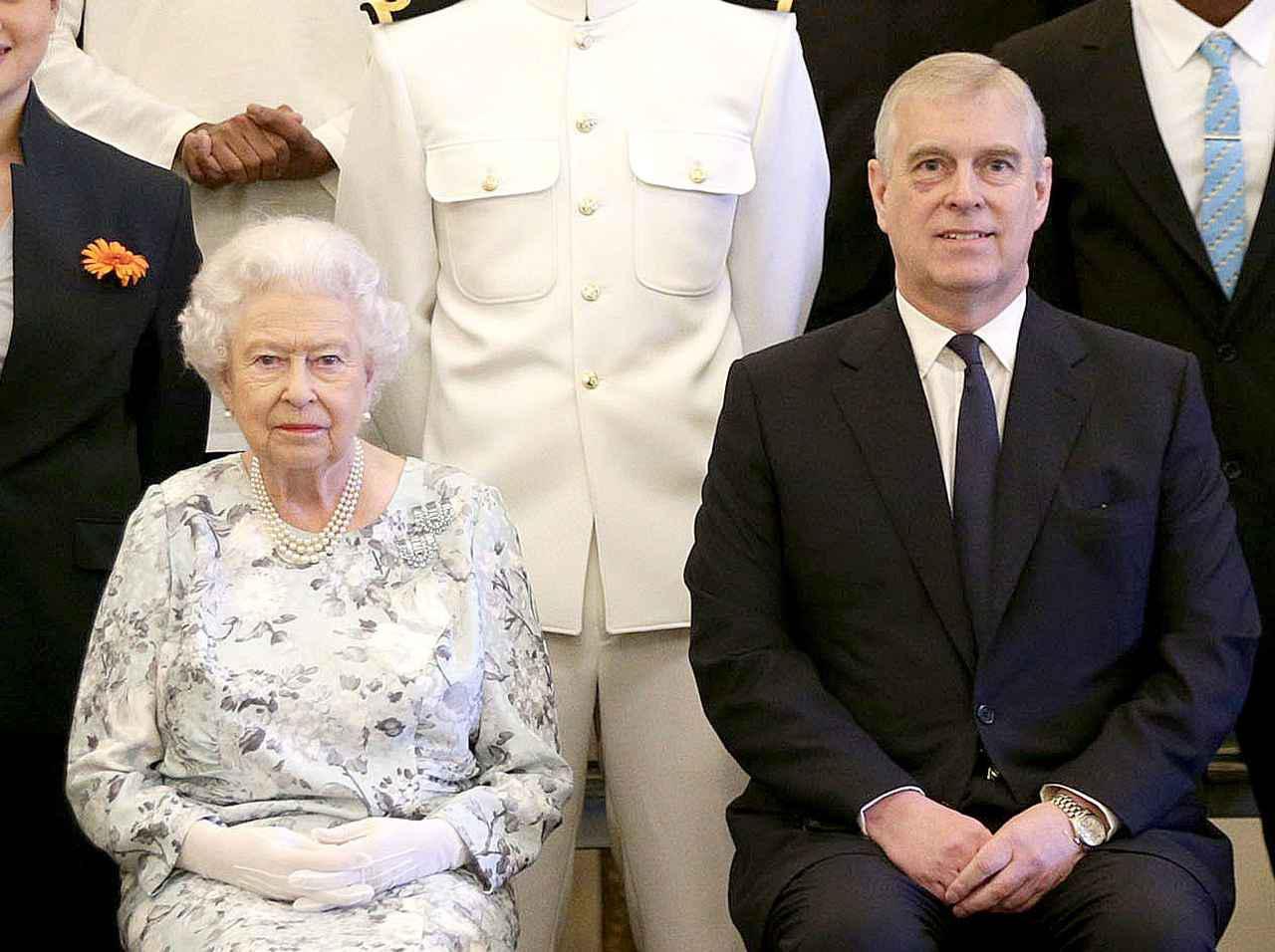 画像: エリザベス女王(左)とアンドリュー王子(右)