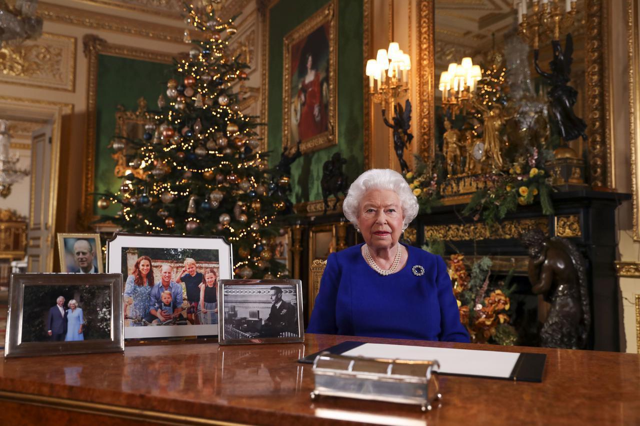 画像1: エリザベス女王の机の上から「アレ」が消える