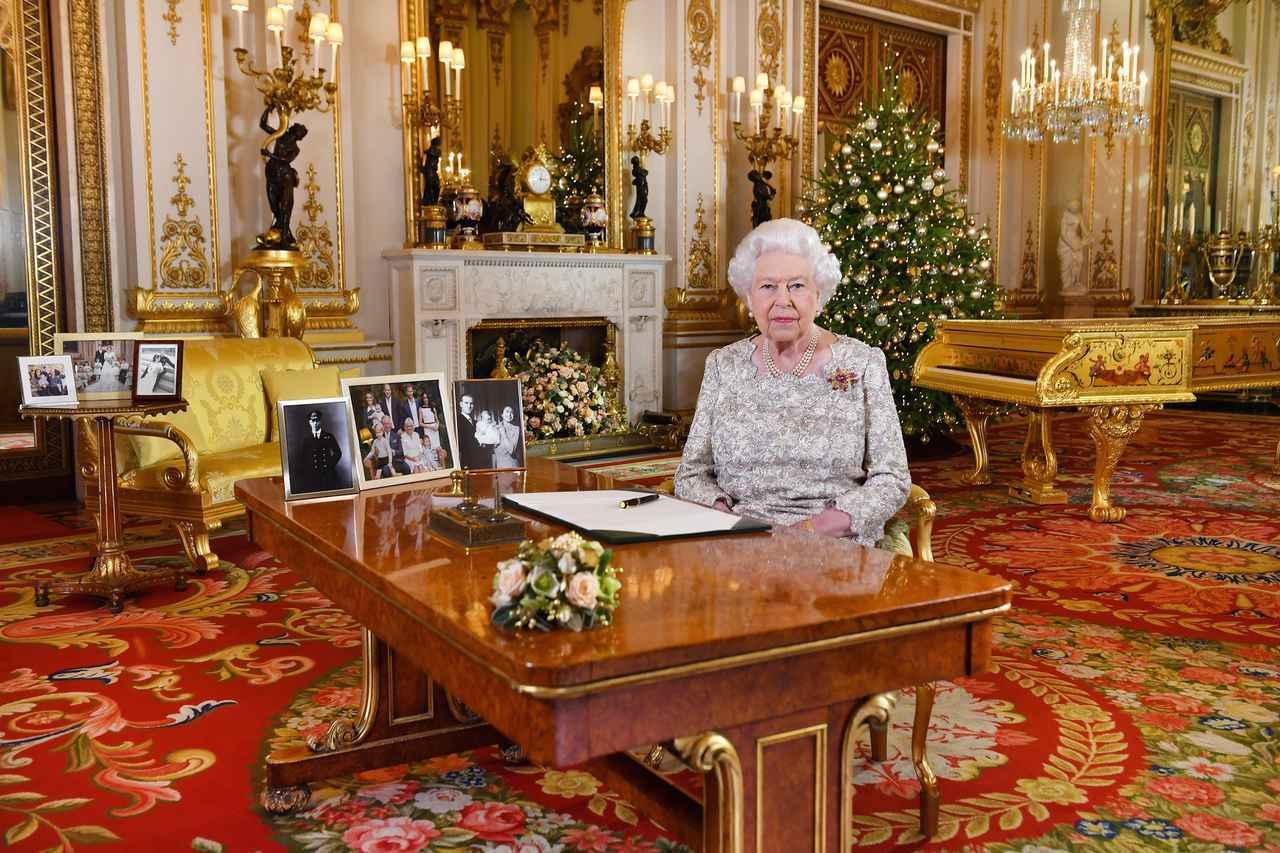 画像2: エリザベス女王の机の上から「アレ」が消える