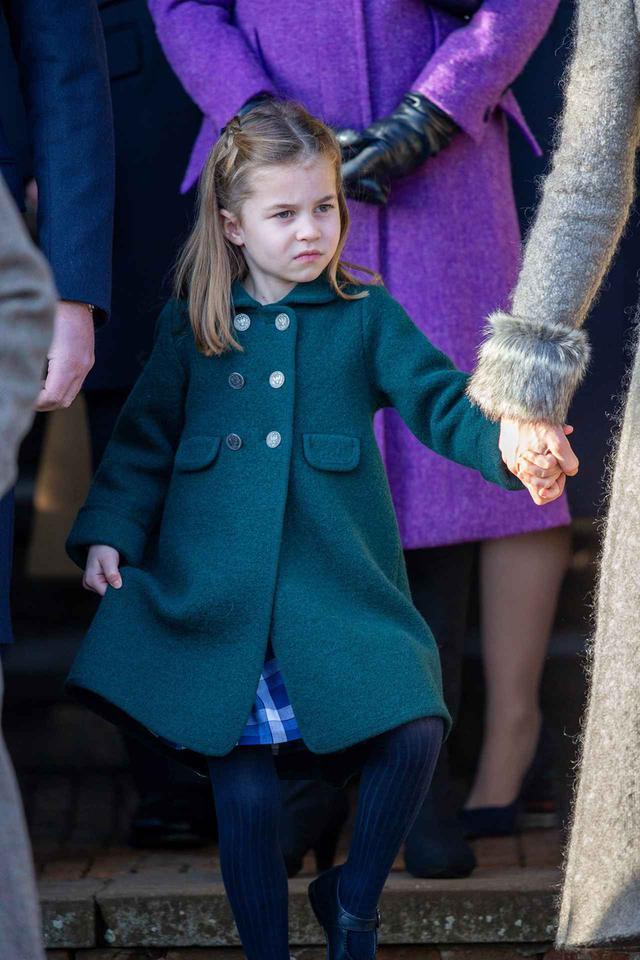 画像: エリザベス女王にシャーロット王女が挨拶
