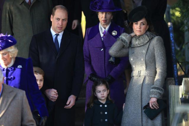 画像: 確かに、キャサリン妃が、少し暑そうに首元の汗を拭っているかのような動作も見られた。